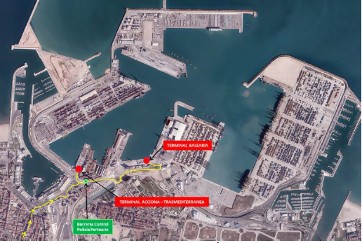 Vista Panorámica de la terminal del ferry para ir a las Islas Baleares en el Puerto de Valencia.